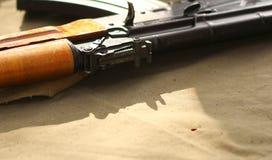 Fond russe d'AK-47 avec l'endroit pour le texte Photo libre de droits