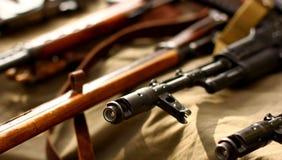 Fond russe de militaires de fusil d'arme à feu automatique Images libres de droits