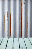 Fond rustique ondulé en bois en métal images stock