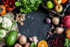Fond sain de nourriture Assortiment des légumes frais et des fruits sur un fond foncé l'espace libre pour le texte, vue supérieur Photos libres de droits