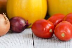 Fond sain de nourriture Différents légumes frais sur un Tableau blanc en bois Tomates, courgette, aubergine, oignon angle Images stock