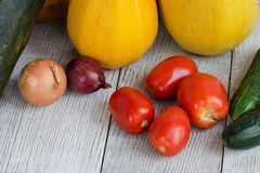 Fond sain de nourriture Différents légumes frais sur un Tableau blanc en bois Tomates, courgette, aubergine, oignon angle Photo stock