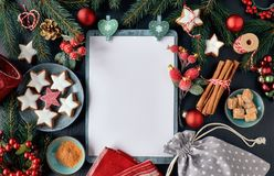 Fond saisonnier avec les brindilles décorées d'arbre de Noël sur l'obscurité photos libres de droits