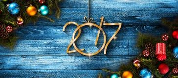 Fond saisonnier de 2017 bonnes années avec des babioles de Noël Photographie stock libre de droits