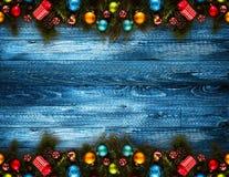 Fond saisonnier de 2017 bonnes années avec le vrai pin vert en bois, les babioles colorées de Noël, le boxe de cadeau et toute au Images libres de droits