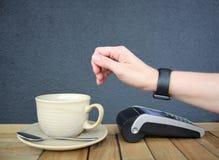 Fond sans contact de nfc de pdq de montre de smartwatch de paiement avec l'espace de copie Photo stock