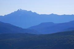 Fond scénique d'horizontal de montagne générique images libres de droits