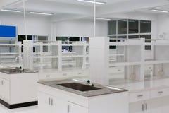 Fond scientifique : intérieur moderne de laboratoire hors focale, Image stock