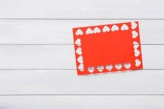 Fond scrapbooking fait main de Saint Valentin, carte de coeurs de couper-coller Photographie stock