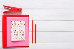 Fond scrapbooking fait main de Saint Valentin, outils diy Image libre de droits