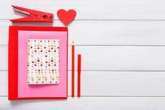 Fond scrapbooking fait main de Saint Valentin, outils diy Photographie stock libre de droits