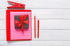 Fond scrapbooking fait main de Saint Valentin, outils diy Photographie stock