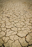 Fond sec et criqué de la terre image libre de droits