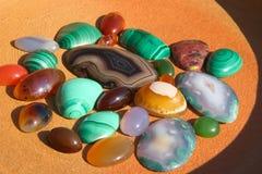Fond semi-précieux coloré de pierres photo libre de droits