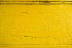 Fond solide jaune abstrait avec des fissures dans la peinture Texture images libres de droits