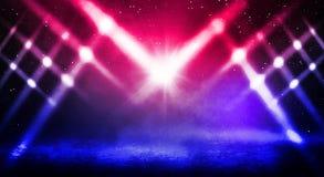 Fond sombre du néon de rue, de brouillard épais, de projecteur, bleu et rouge images stock