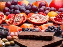 Fond superbe sain de sélection de nourriture comme fruits, baie, chocolat haut en antioxydants, magnésium, resveratrol, vitamines photographie stock libre de droits