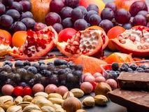 Fond superbe sain de sélection de nourriture comme fruits, baie, chocolat haut en antioxydants, magnésium, resveratrol, vitamines images stock