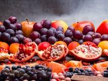 Fond superbe sain de sélection de nourriture comme fruits, baie, chocolat haut en antioxydants, resveratrol, vitamines, minerais  photos stock