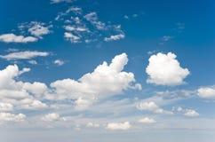 Fond tendre de ciel et de nuages Images libres de droits