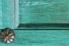 Fond texturisé architectural - vieille porte en bois de turquoise avec le vieux rivet en métal image stock