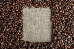 Fond texturisé des grains de café sous forme de vue supérieure de cadre carré Amour de concept pour une boisson fraîche et parfum Image stock
