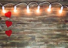 Fond texturisé en bois de Valentine avec la guirlande légère Image stock