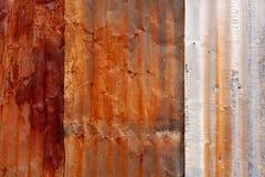 Fond texturisé superficiel par les agents par Rusty Tin Siding galvanisé photographie stock