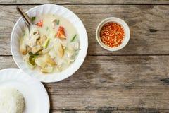 Fond thaïlandais authentique de dîner : Soupe épicée à gai de kha de Tom, riz simple et pao de kra de protection avec l'oeuf au p photographie stock