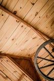 Fond - toit en bois et vieille lampe Photographie stock