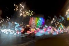 Fond très brouillé avec des lumières des voitures au crépuscule sur la route de la ville Concept de transport Bokeh abstrait de t Photos libres de droits
