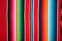Fond traditionnel de fiesta de poncho de couverture du cinco De Mayo de poncho de fond mexicain du Mexique avec des rayures photos stock