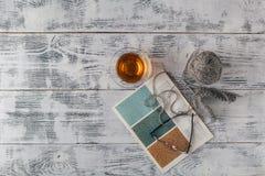 Fond tricoté avec l'aiguille de tricotage et la boule du fil, knit i Photo stock