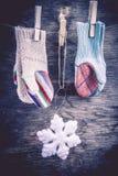 Fond tricoté d'hiver de mitaines Photographie stock