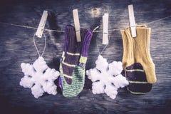 Fond tricoté d'hiver de mitaines Photos stock