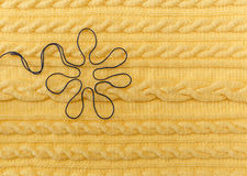 Fond tricoté par jaune avec le modèle et les tresses et le Floer bleu Fabriqué à la main Photo libre de droits