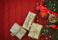 Fond tricoté par Noël rouge avec le boîte-cadeau trois Images libres de droits