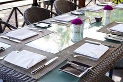 Fond tropical d'été extérieur de l'espace de copie d'arrangement de table de restaurant Photo stock