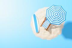 Fond tropical de vacances Canapé de Sun avec des accessoires de parapluie et de plage pour le repos actif sur l'île arénacée, l'e image libre de droits