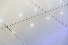 Fond trouble de la lumière blanche de réflexions dans un plancher carrelé pour le résumé image stock