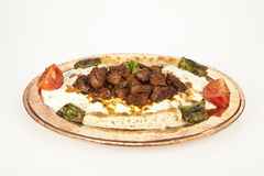 Fond turc de blanc d'alinazik d'aubergine et de viande de chiche-kebab Photographie stock libre de droits
