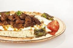 Fond turc de blanc d'alinazik d'aubergine et de viande de chiche-kebab Images libres de droits