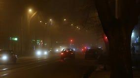 Fond urbain de ville de nuit dans le brouillard banque de vidéos