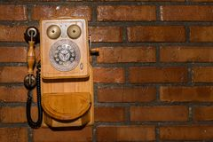 Fond urbain grunge d'un mur de briques avec une vieille cabine téléphonique hors service photo stock