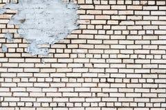 Fond urbain sale d'un mur de briques avec une vieille cabine téléphonique de service de sortie là-dessus photographie stock