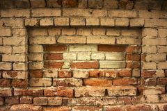 Fond urbain sale d'un mur de briques avec une vieille cabine téléphonique hors service Photos stock