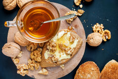 Fond utile de noir de Honey Walnuts Table Top View de pain grillé photo stock