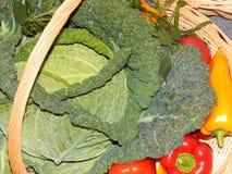 Fond végétal Chou et rouge qu'un jaune poivre dans un panier Photos stock