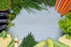 Fond végétal organique avec l'espace d'exemplaire gratuit pour le texte au centre Ingrédients crus pour le ragoût de veggie, sala Photos libres de droits
