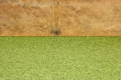 Fond vert avec l'équilibre en bois Photo libre de droits